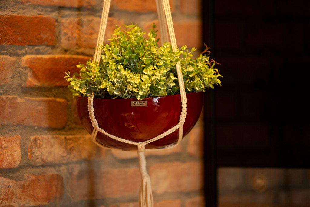 O verde traz vida a qualquer ambiente, um pequeno vaso suspenso já é suficiente.