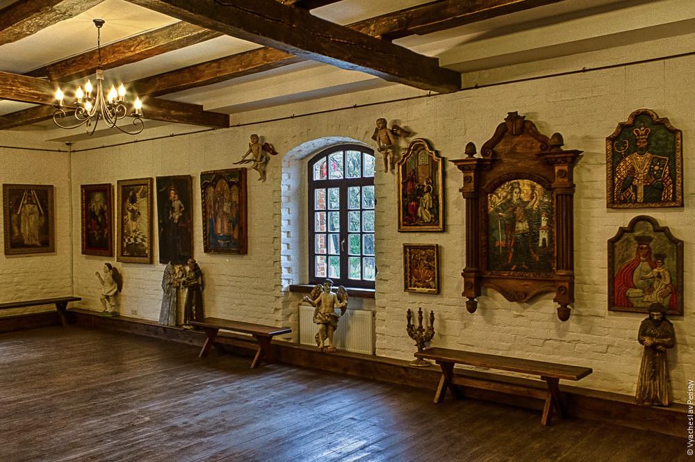 Сдержанный интерьер замка Радомысль