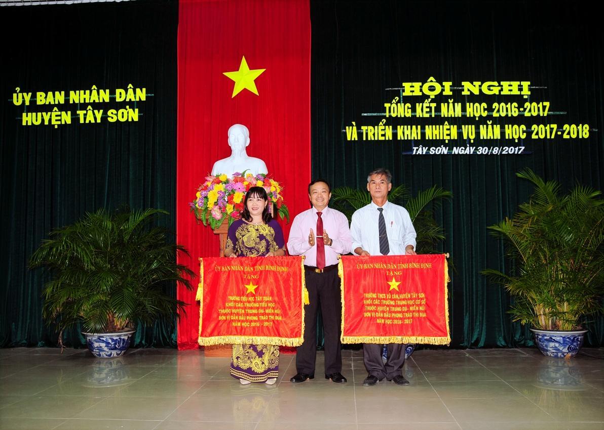 Ông Đặng Văn Phước – Phó Bí thư thường trực Huyện ủy Tây Sơn tăng cờ thi đua xuất sắc cho 02 đơn vị.