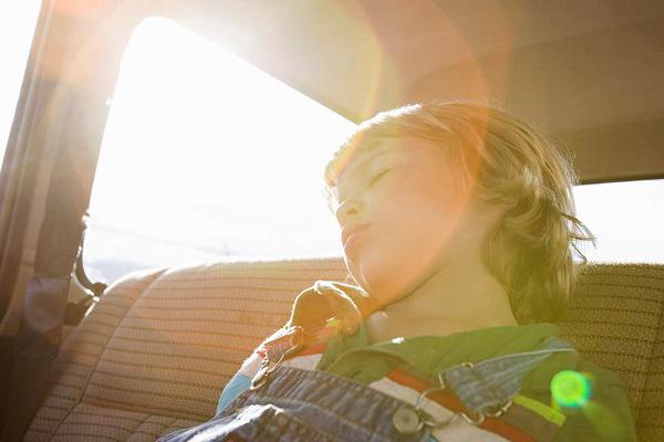 Cách khắc phục tình trạng trẻ bị bỏ quên trên xe ô tô