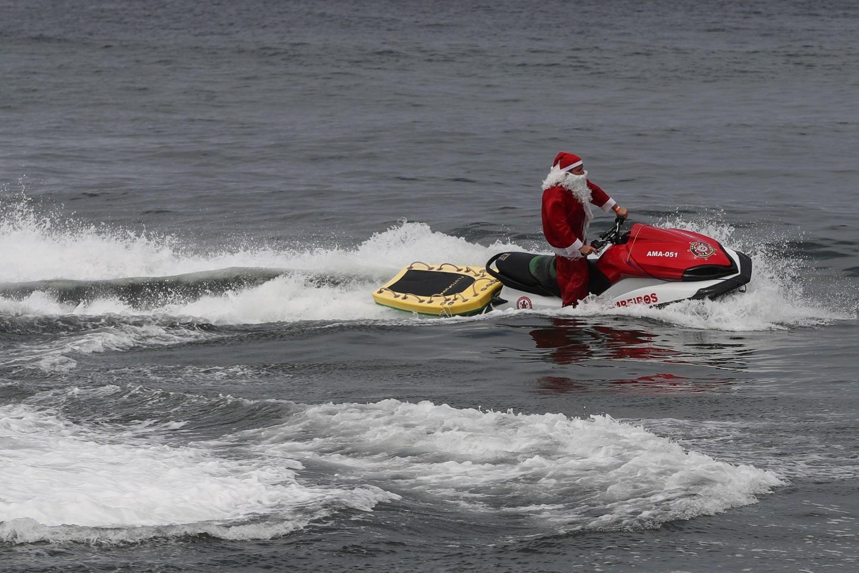 Papa Noel sustituyendo el trineo por una moto acuática en Brasil