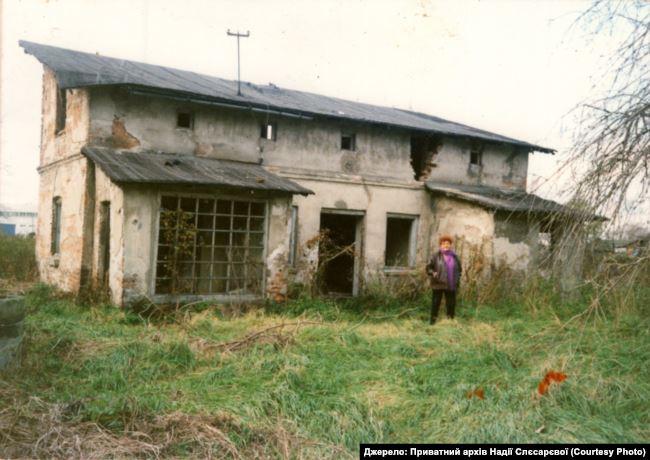 Надія біля руїн будинку сім'ї Рейнгардів у Гродзиську-Мазовецькому (Польща), 2000-і роки. Джерело: Приватний архів Надії Слєсарєвої