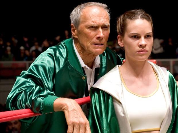 Homem perto de uma mulher, dentro de um ringue, olhando fixamente para um ponto em uma das cenas de uma das indicações de filmes para o óscar.