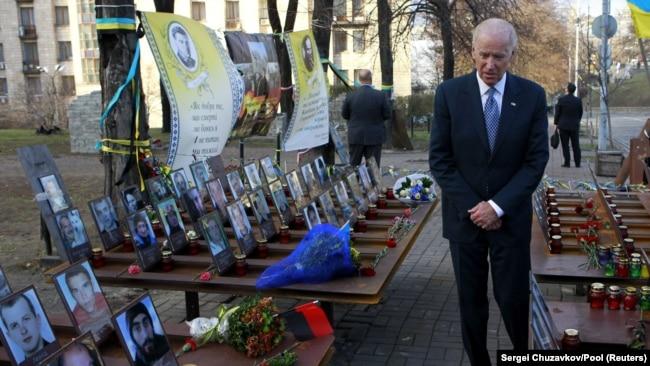 Джо Байден, ще як віцепрезидент в адміністрації президента Барака Обами, вшановує пам'ять загиблих Героїв Небесної сотні. 7 грудня 2015 року