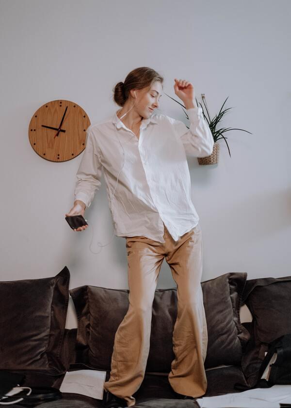 mulher dançando em cima do sofá