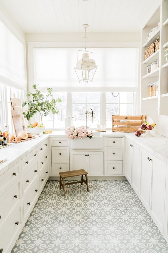 One of the most charming ways to have extra storage in a kitchen is with a butler's pantry - come check out the ones that are inspiring us the most!--->#maisondecinq butlerspantry pantry organizing kitchen kitchendesign kitchenorganization vintagestyle homedecorideas homedesign frenchcountry frenchfarmhouse countryfrench