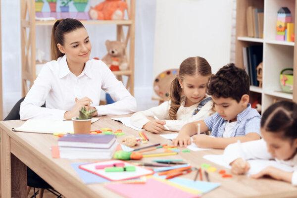 Quan sát luôn là một kỹ năng quan trọng của giáo viên Montessori