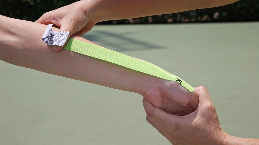 Step2.沿着前臂貼至近肘位,中段使用25%拉力,尾端使用0%拉力。