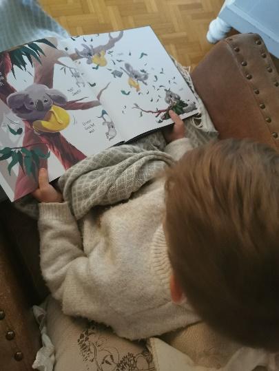 Afbeelding met persoon, binnen, zitten, kind  Automatisch gegenereerde beschrijving