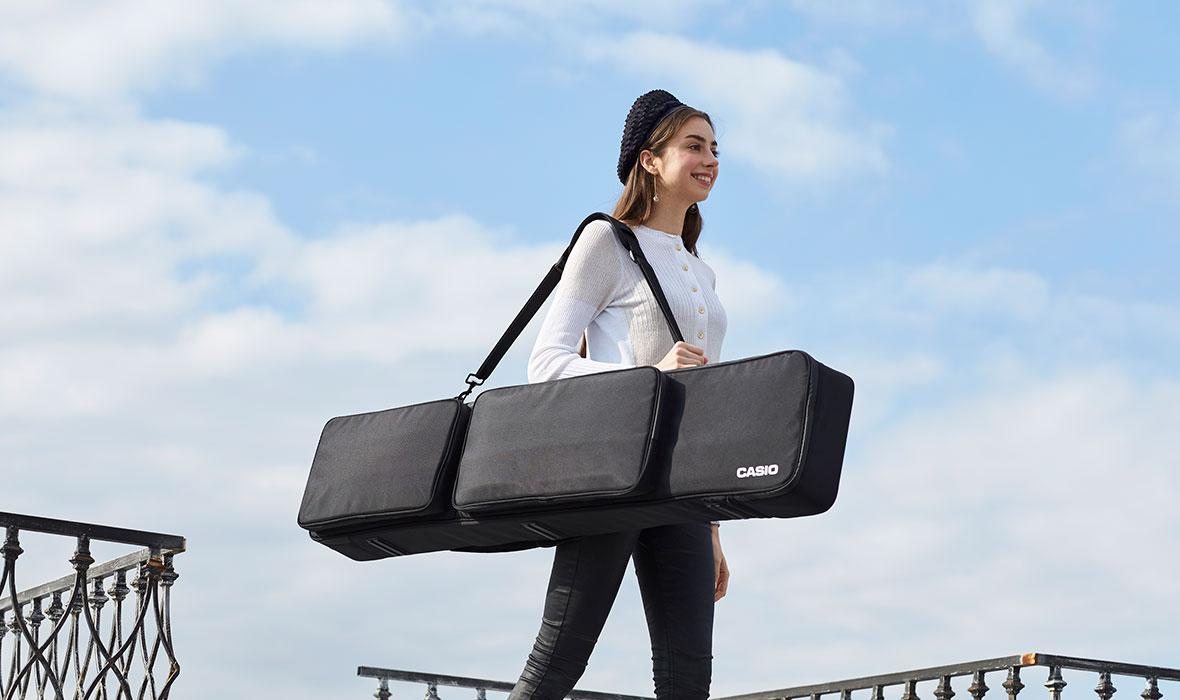 Đàn Casio CDP-S150 còn nổi trội hơn các sản phẩm piano điện cùng phân cấp khác khi có thể sử dụng pin rời. Bạn có thể biểu diễn tại bất kỳ đâu mà không cần lo tới nguồn điện.