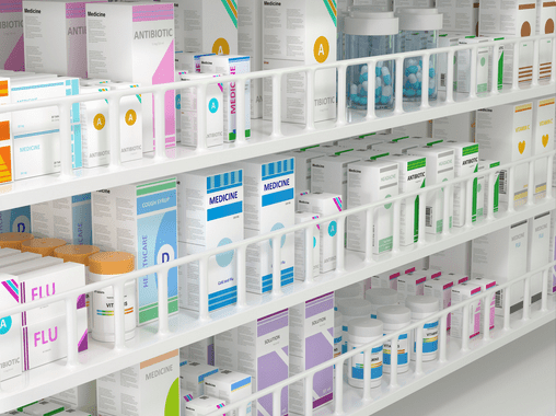 A imagem mostra prateleiras de farmácia com produtos organizados por cor e tamanho. critério importante para a disposição de produtos em farmácia.