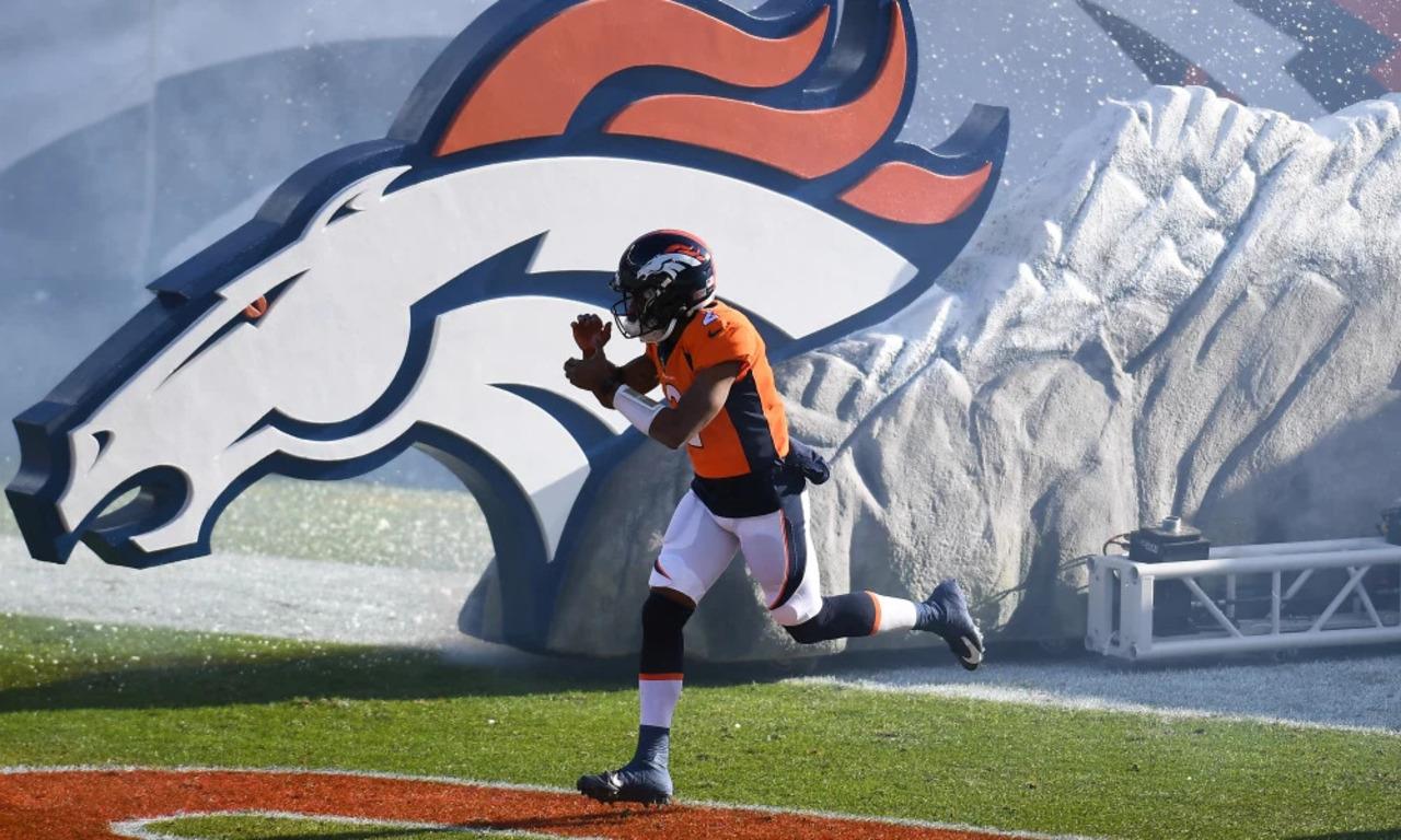 Sân bóng Denver Broncos có thể nhìn thấy Bronco của đội ở bên cạnh sân