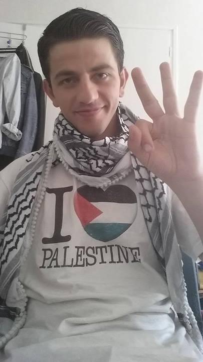 מוחמד אלקאדי מסמן שלוש אצבעות להצבעה למוחמד עאסף בערב איידול. צילום מהפייסבוק של אלקאדי
