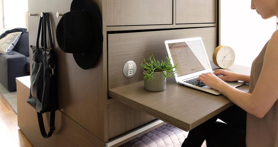 Thiết kế tủ kết hợp với các giá treo đồ và bàn làm việc
