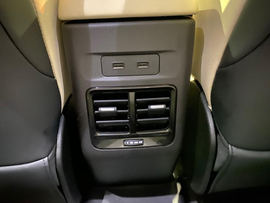 Et bilde som inneholder innendørs, transport, bilsete, girkasse  Automatisk generert beskrivelse