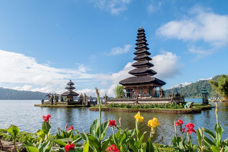 معبد هندوسي يقع وسط المياة