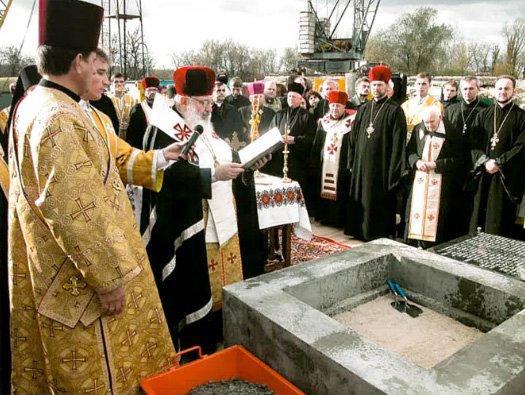 27 жовтня 2002 року Блаженніший Любомир Гузар у співслужінні з десятьма іншими єпископами з України та з-за кордону освятив наріжний камінь на місці Патріаршого собору Воскресіння Христового УГКЦ у Києві.  - фото 77772