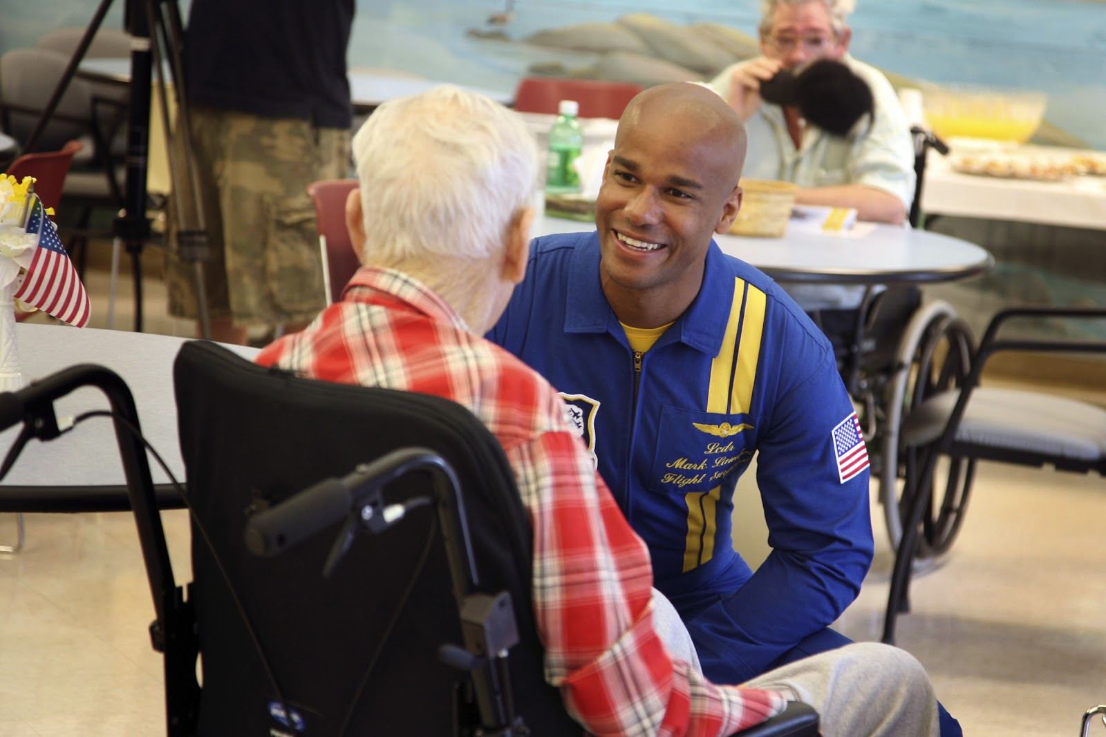 US_Navy_080808-N-3271W-037_Lt._Cmdr._Mark_Lambert,_flight_surgeon_for_the_Navy_flight_demonstration_squadron_Blue_Angels,_visits_with_a_resident_of_the_nursing_home_care_center_at_Spokane_Veterans_Administration_Hospital.jpg