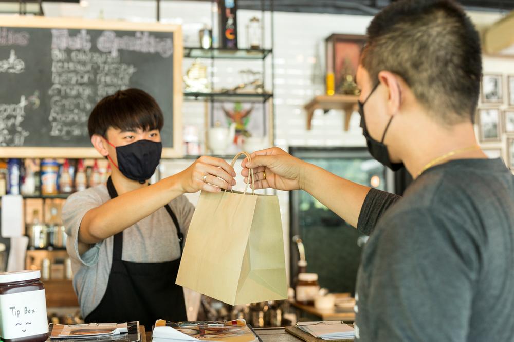Semua karyawan dan pengunjung harus menggunakan perlengkapan pelindung diri, masker salah satunya