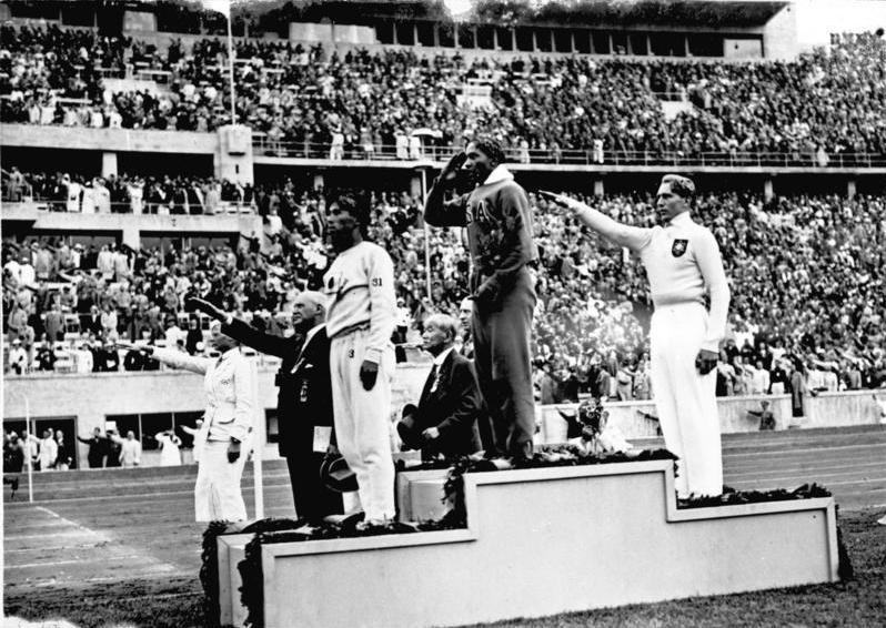 Jesse Owens no topo do pódio nas Olimpíadas de 1936 (Imagem: Wikimedia Commons)