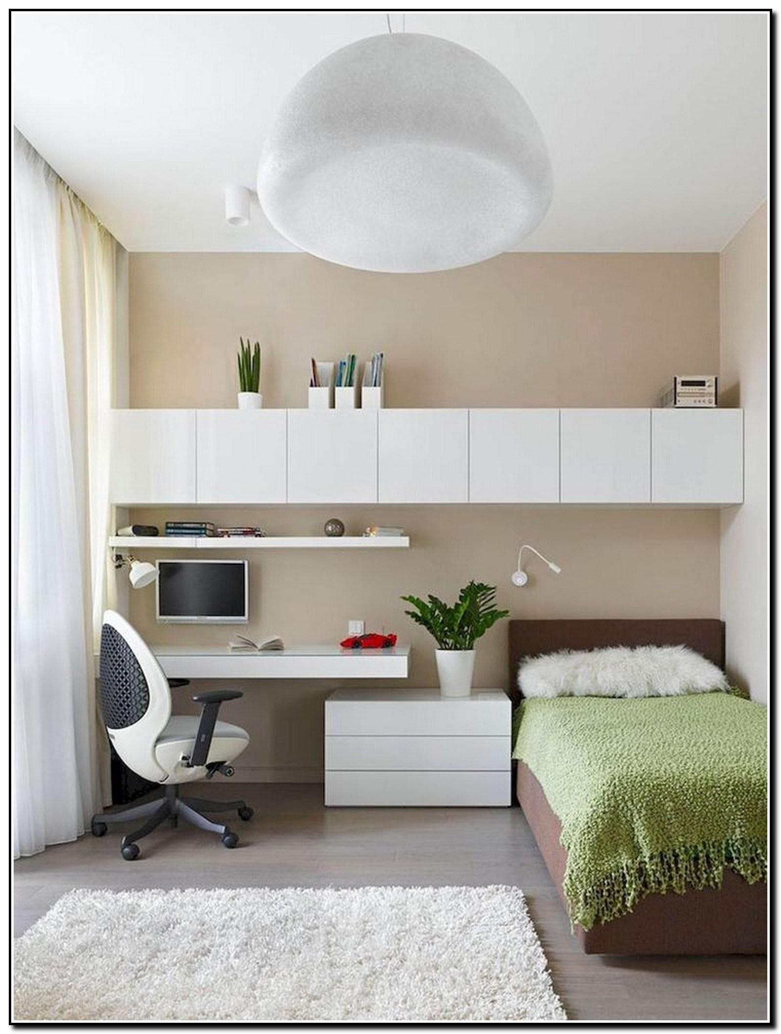 Điểm nhấn cho nội thất phòng ngủ nhỏ là tấm chăn màu xanh bơ lạ mắt