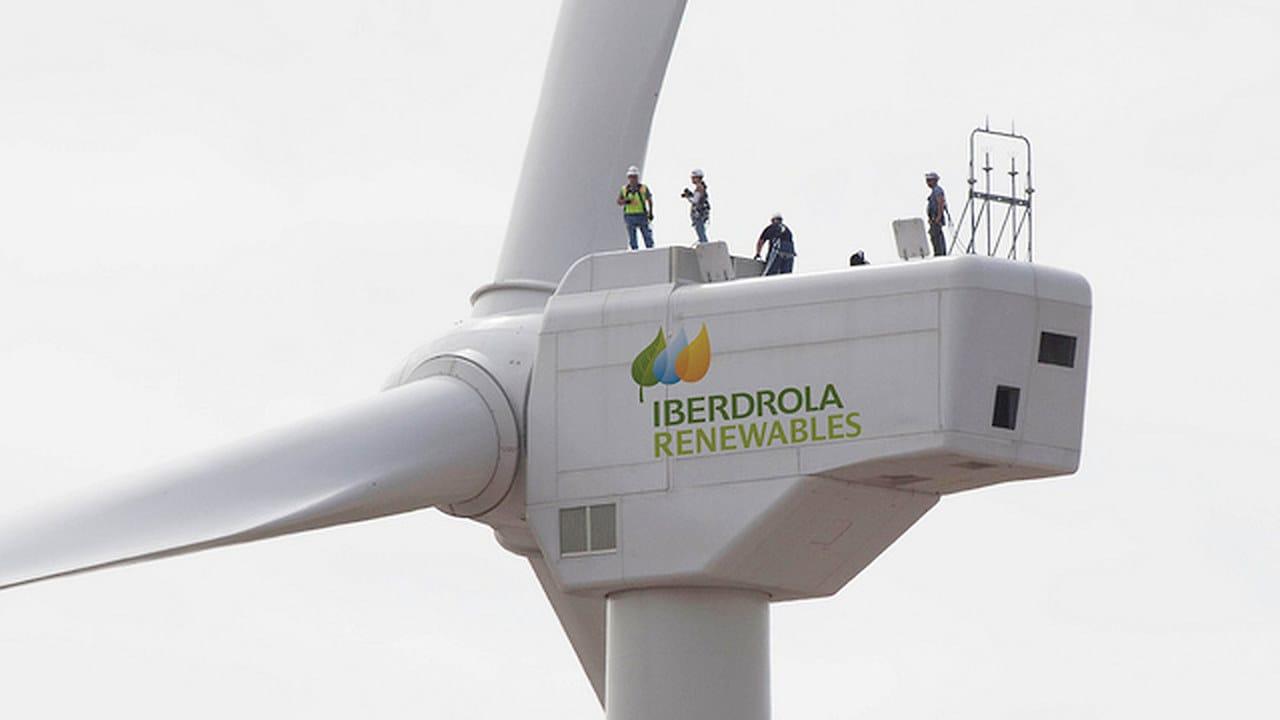 Éolienne Iberdrola Renewables avec techniciens