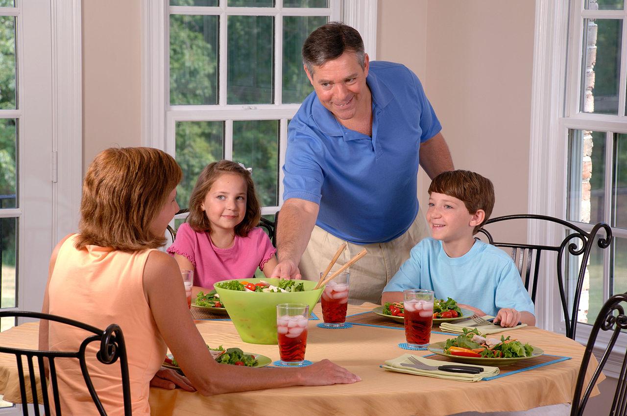 1280px-Family_eating_lunch_(2).jpg