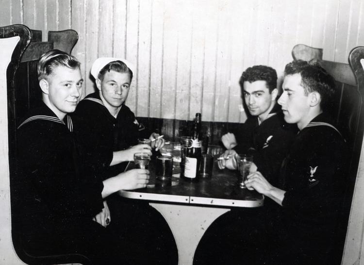 Ken-and-Navy-buddies,-Norfolk,-VA-March-1946