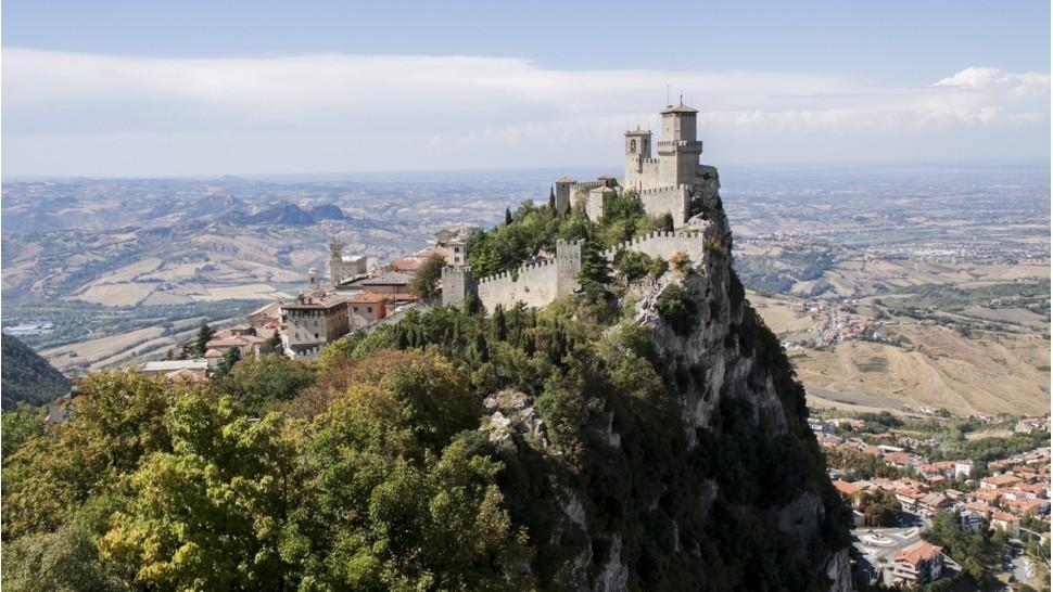 Vista de una ciudad desde lo alto de una montaña  Descripción generada automáticamente
