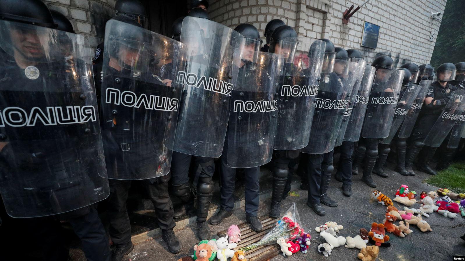 Обурені трагедією протестувальники принесли дитячі іграшки під місцевий відділок поліції у Переяслав-Хмельницькому, де працювали підозрювані