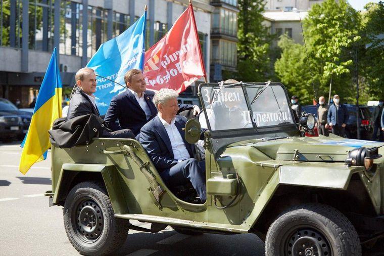 Лидеры партии «Оппозиционная платформа — За жизнь» Виктор Медведчук (слева), Сергей Левочкин (в центре) и Юрий Бойко (справа) на автопробеге в честь Дня победы над нацизмом, Киев, 9 мая 2020 года