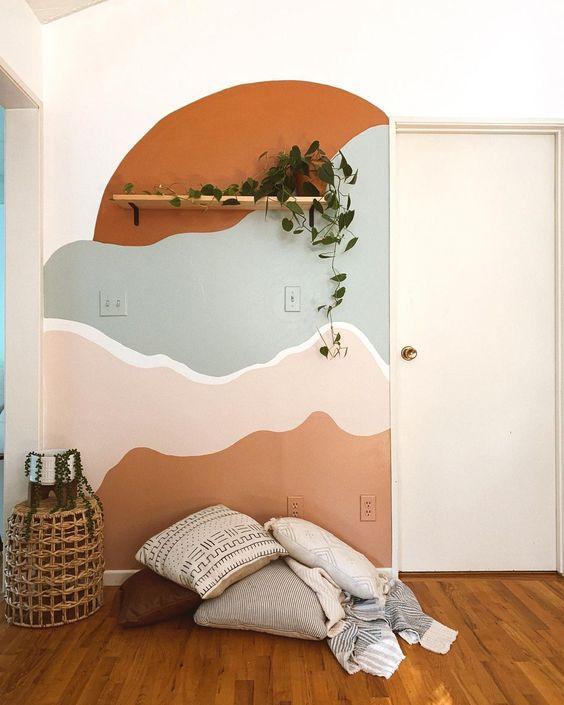 Quarto com pintura orgânica nos tons marrom, azul e rosa