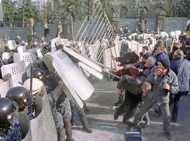 Об'єднати в одному контексті СБУ та масові заворушення дозволяє «справа 9 березня». На фото – кульмінація виступів в рамках акції «Україна без Кучми», яка завершилась масовими арештами (фото з відкритих джерел)