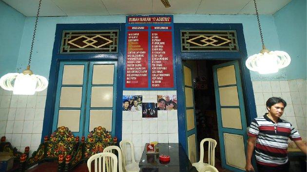 Daftar menu ditempel di tembok di dalam  Rumah Makan 17 Agustus di Sumenep, Sabtu, (5/3). Sejumlah menu masakan di rumah makan tersebut merupakan menu makanan peranakan dengan resep turun-temurun.