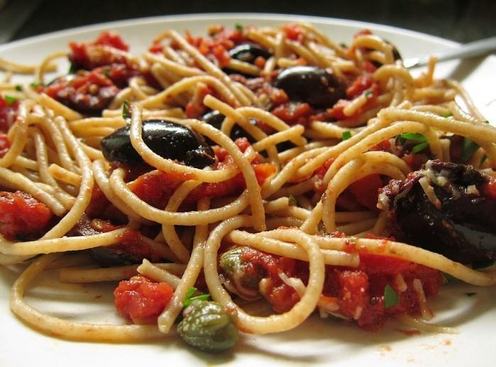 Spaghetti alla puttanesca, un primo facile e saporitissimo