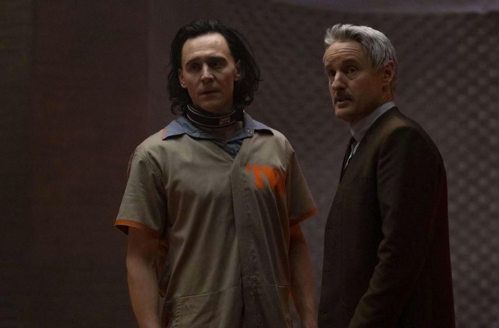 Loki, terceira série do UCM no Disney+ traz de volta Deus da trapaça e dispõe de todo o carisma de Tom Hiddleston no protagonismo da mesma.