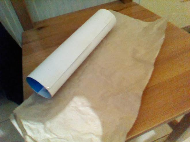 Forramos con papel de embalar las cartulinas con forma cilíndrica o bien los rollos de papel de cocina reciclados.
