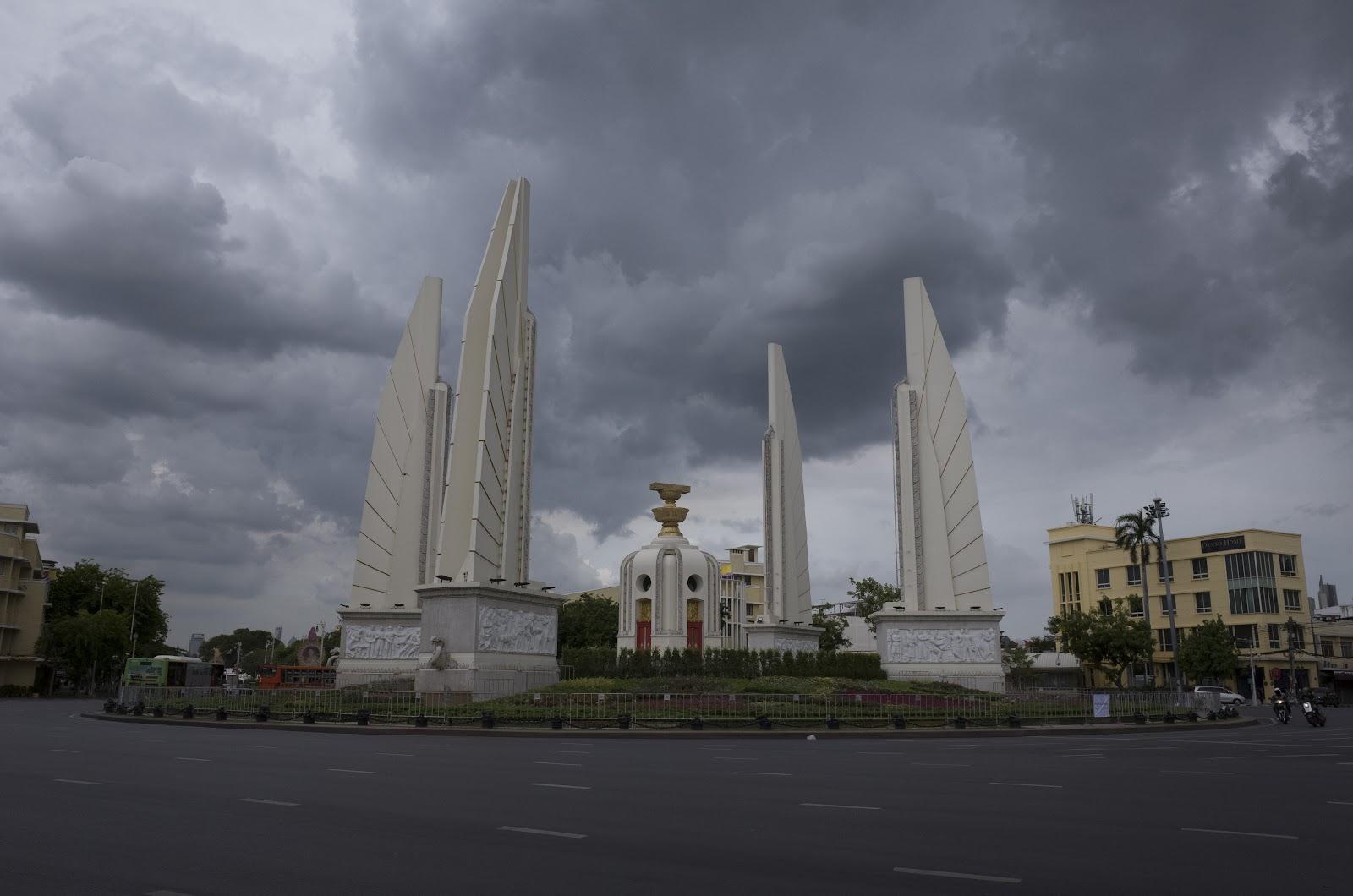 อนุสาวรีย์ประชาธิปไตยในวันที่มีฉากหลังเป็นเงาทะมึนของเมฆฝน