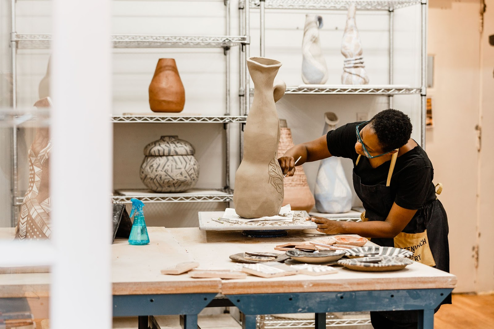 Malene Barnett sedang mengerjakan karya seni tembikar - source: architecturaldigest.com