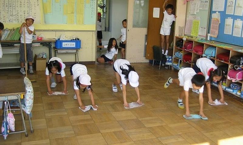 Học sinh và giáo viên trong trường có trách nhiệm vệ sinh trường lớp
