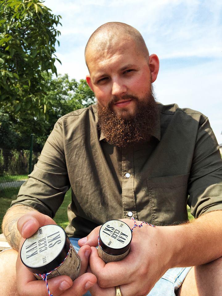 Łukasz Kanclerski pokazuje etykiety samoprzylepne na kosmetyki