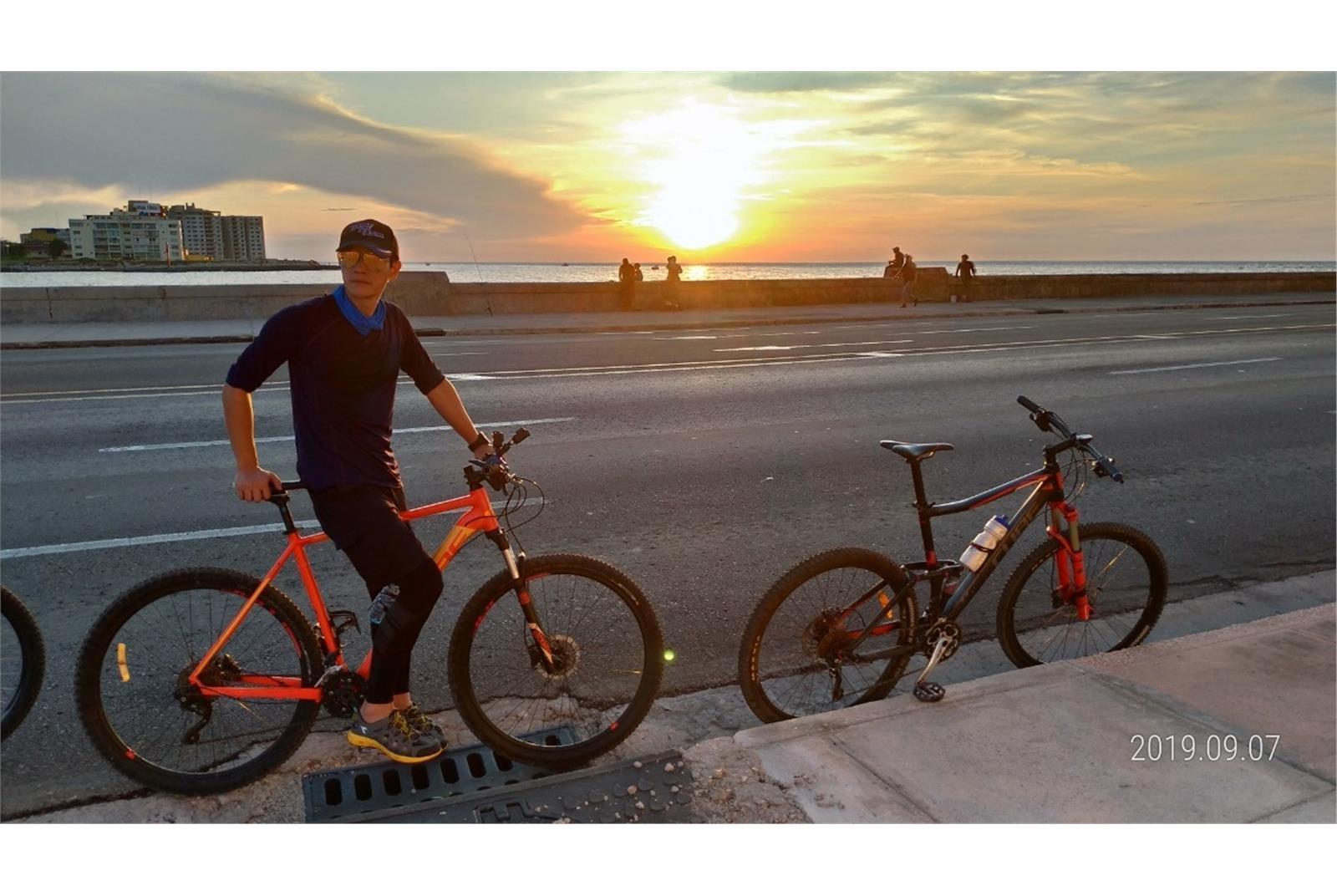 《世界第一等》主持人張勛傑遠赴古巴,享受騎腳踏車遊城市美景。(八大提供)
