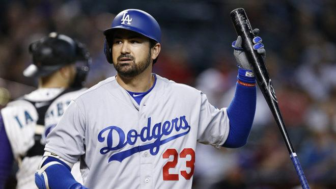 Un jugador de béisbol con uniforme azul  Descripción generada automáticamente