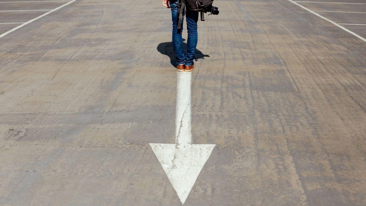 Homme sur une flèche symbolisant son passé