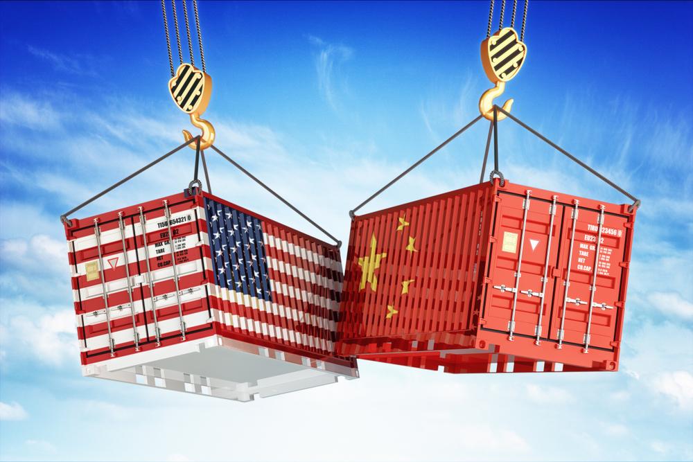 Containers com bandeira dos EUA e da China