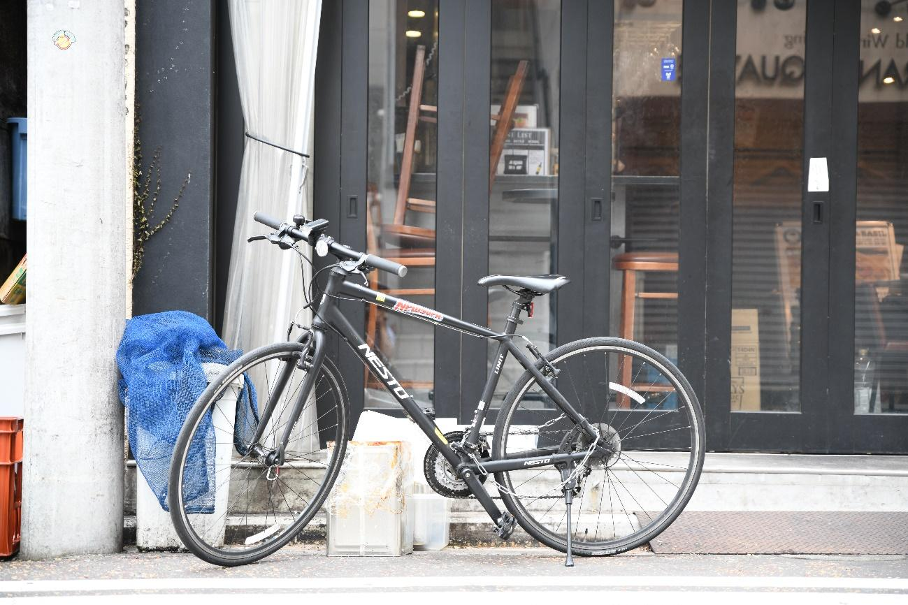 自転車, 建物, 屋外, 歩道 が含まれている画像  自動的に生成された説明