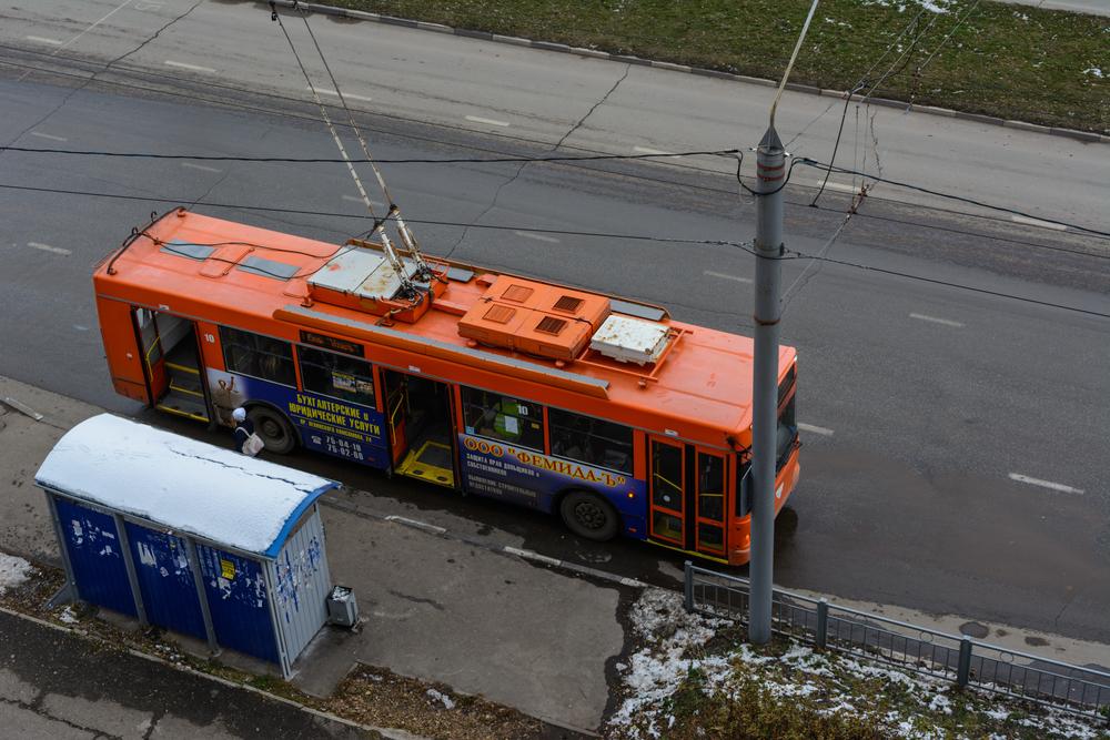 Ônibus elétricos unem soluções na abrangência do modal e na fonte de energia. (Fonte: Endless Luck/Shutterstock)