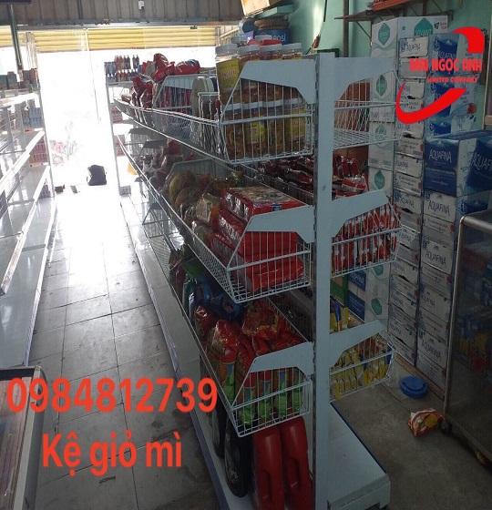 Kệ giỏ mì được sử dụng trong các cửa hàng phân phối mì ăn liền, đồ ăn vặt