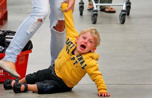 Resultado de imagen de bebe con rabieta en el suelo