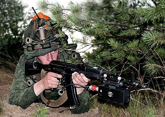 Ruský voják slaserovým simulátorem střelby.jpg
